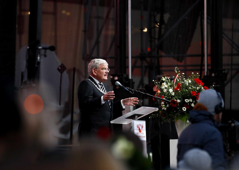 Burgemeester Jan van Zanen voorafgaand aan de stille tocht ter herdenking van de slachtoffers van de schietpartij in de wijk Kanaleneiland.