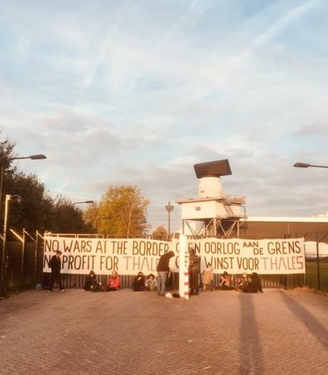 Activisten protesteren bij Thales in Hengelo
