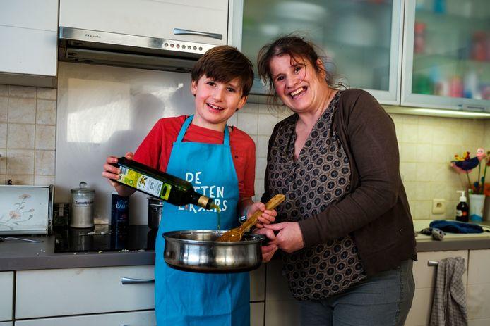 Matteo Gys en zijn mama Sanne.
