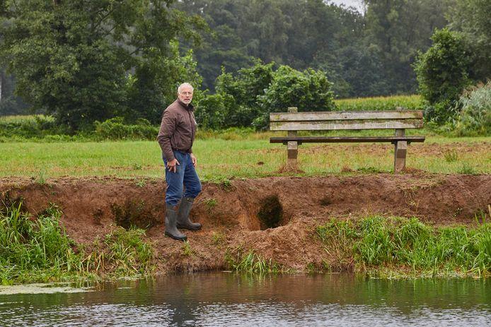 Boer Roland Kleine staat bij het gat dat een hond in de Berkeloever heeft gegraven. Voorheen broedde hier jaarlijks een ijsvogel. Maar sinds de toegenomen recreatiedruk in het gebied is deze vogel al twee jaar niet gezien op deze plek.