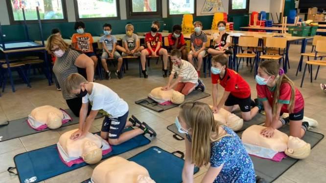 Kinderen Molenveld leren reanimeren op school