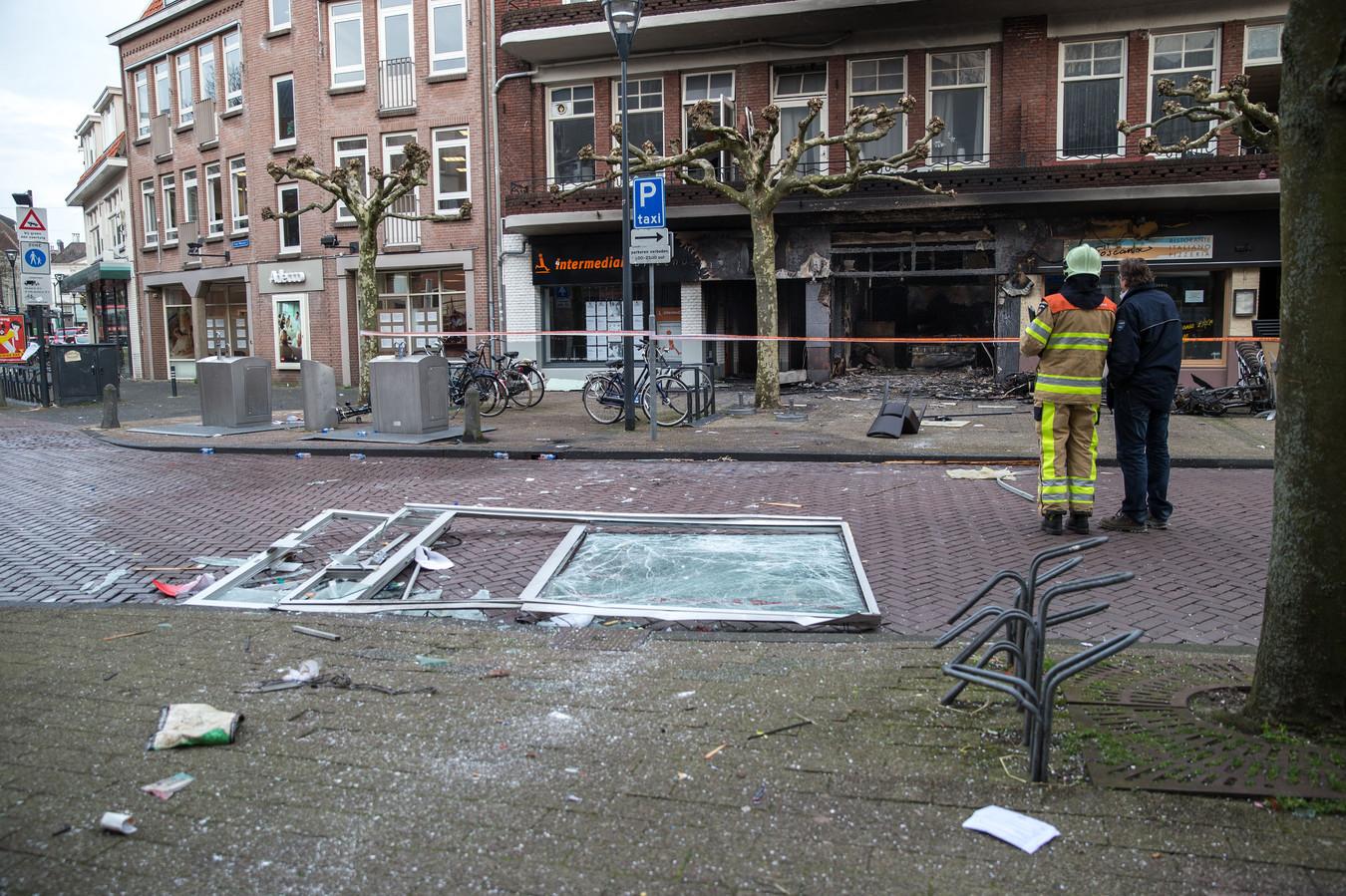 De ravage na de explosie van Da Vinci  op de Oude Vismarkt op 3 maart 2014. Boven de zaak wonende studenten moesten worden geëvacueerd.
