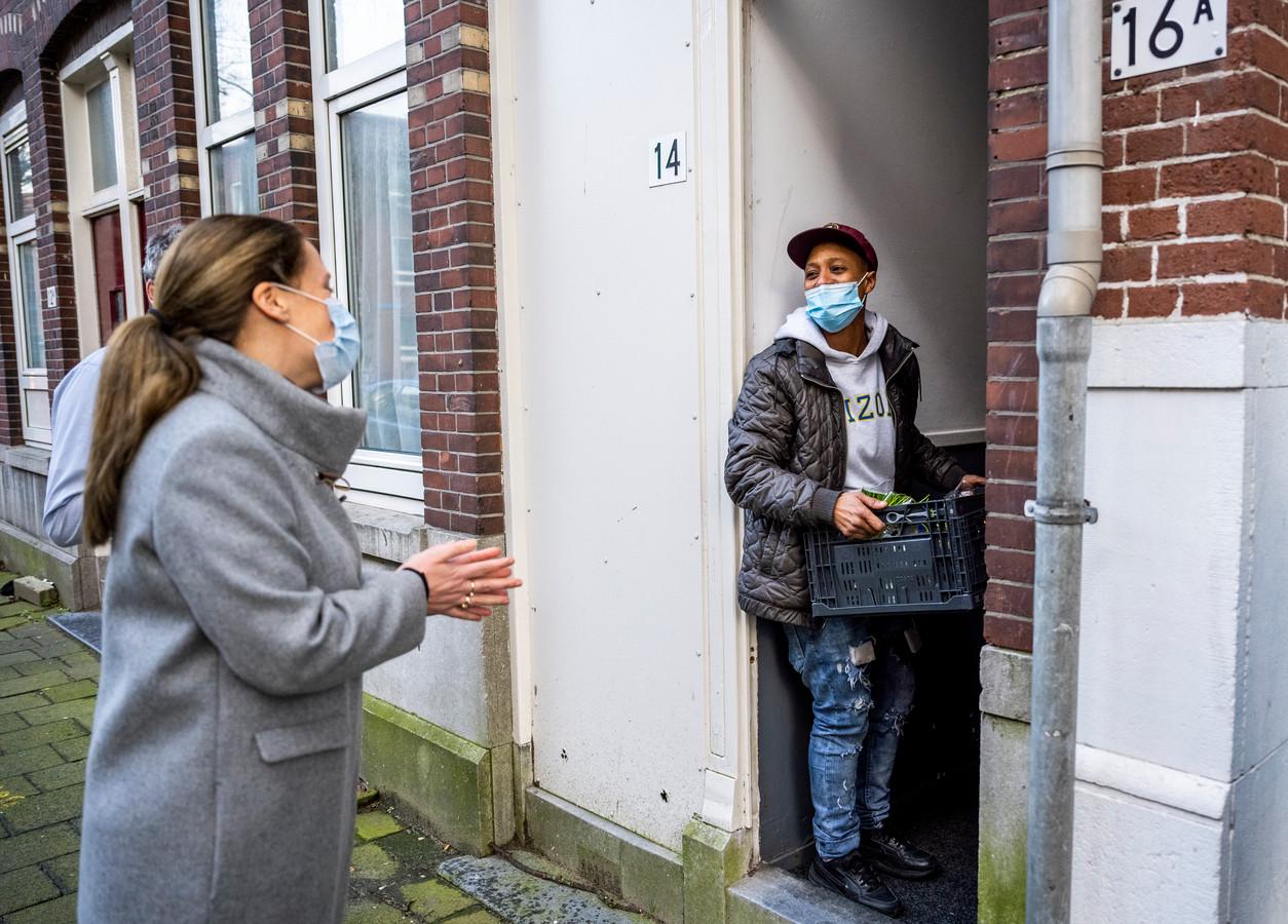 Demissionair minister Carola Schouten van Landbouw helpt mee met het uitdelen van voedselpakketten.