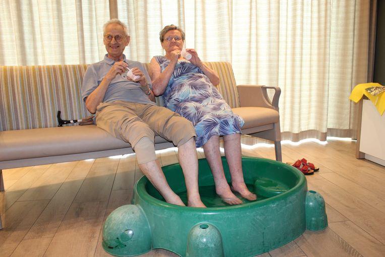 André en Anna, met een ijsje en de voetjes in het water, in rusthuis Veilige Have in Aalter.