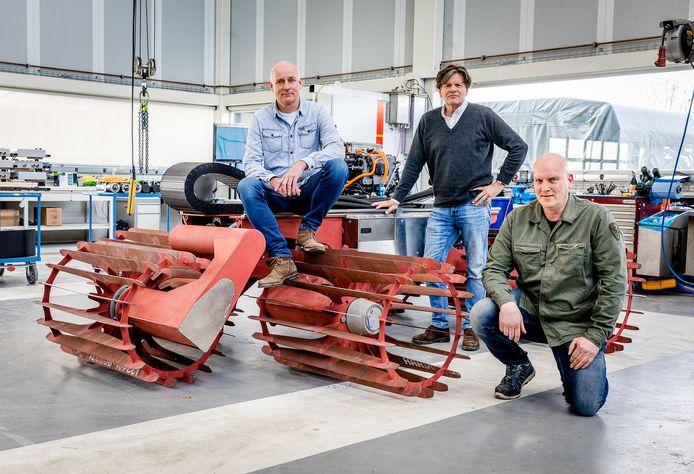 Leen Ampt, Peter Lerink en Dirk Reedijk (van links naar rechts) poseren bij de E-Robotiller, de grondbewerkingsrobot die door waterstof wordt voortgedreven.