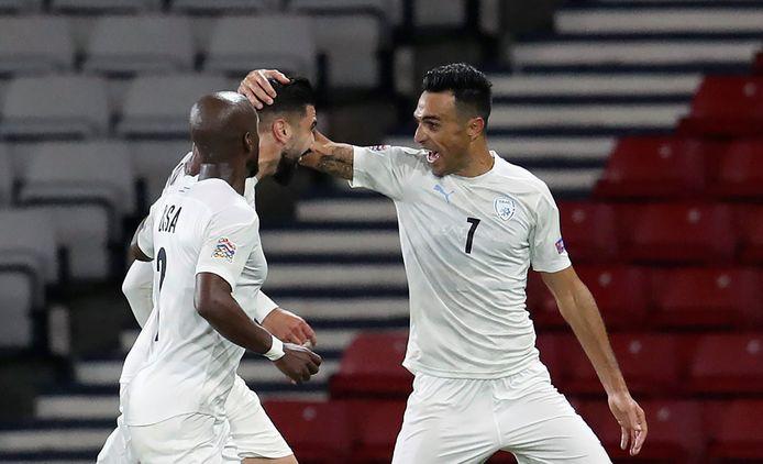 Eran Zahavi viert een treffer met zijn teamgenoten van Israël, in een interland tegen Schotland.