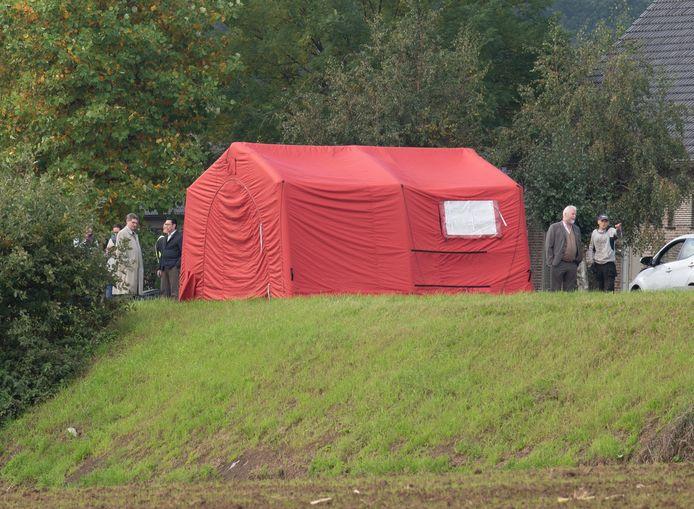 Links van de tent: Stefaan Devleeschouwer met naast hem zijn advocaat Hugo Vyls. Aan de andere kant de aangereden man met zijn advocaat Rudy Arts.