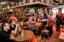 Bij sportbar Old Dutch kunnen liefhebbers onder het genot van een drankje samen sportwedstrijden kijken.