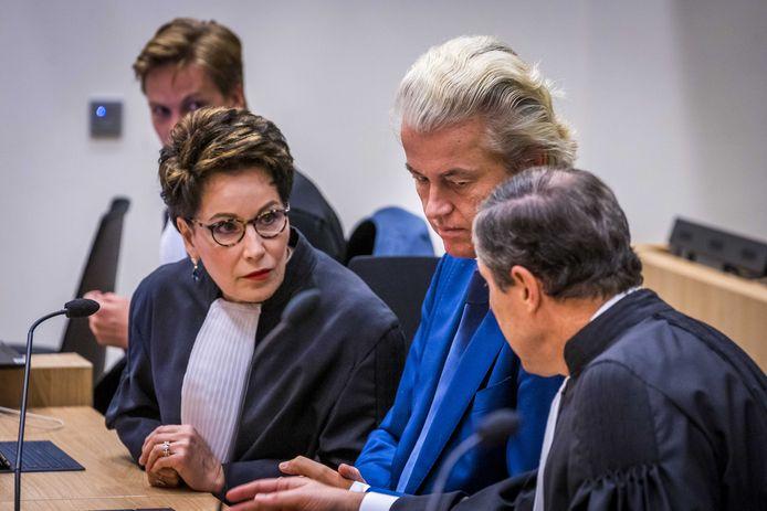 Geert Wilders en zijn advocaten Geert-Jan Knoops en Carry Knoops in de extra beveiligde rechtbank op Schiphol.