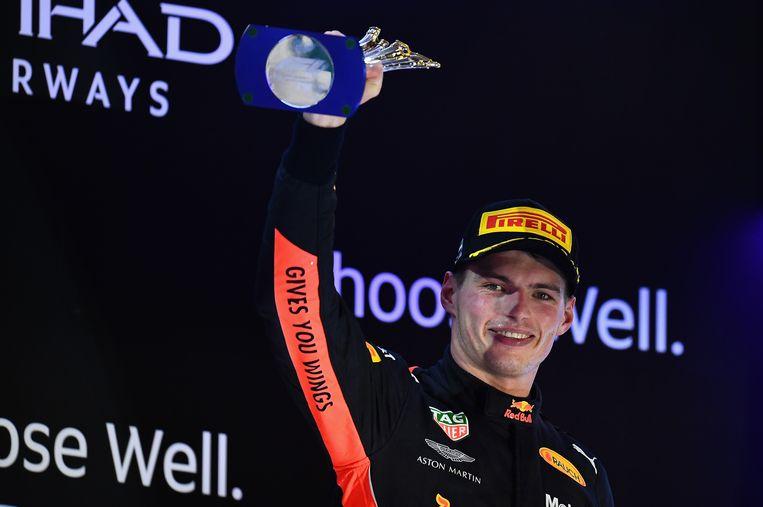 Max Verstappen viert zijn derde plek op het podium tijdens de Abu Dhabi Formule 1 Grand Prix zondag. Beeld Getty Images