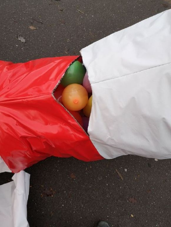 De reusachtige zuurstokken bleven overeind doordat de plastic hoezen gevuld waren met ballonnen.