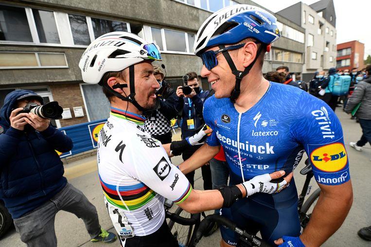Wereldkampioen Julian Alaphilippe feliciteert ploegmaat Davide Ballerini met de overwinning. Beeld BELGA