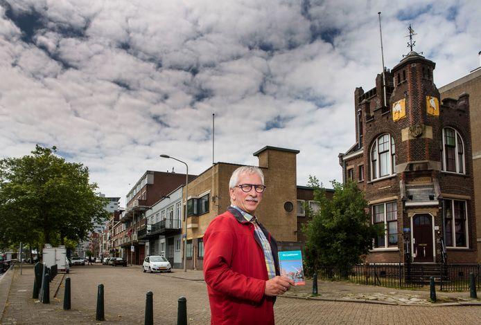 Koos Havelaar bij het oude havenkantoor aan de Goudriaankade.