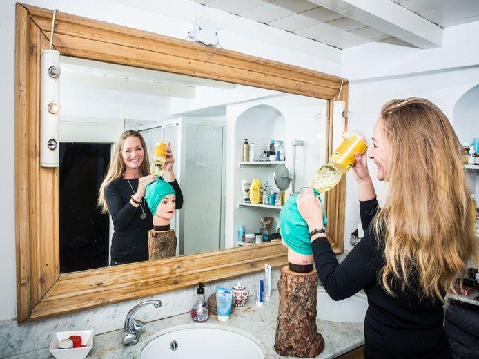 Nicolette Mak werd helemaal gek van de dure middeltjes die ze moest gebruiken om de luizen uit het haar van haar dochters te krijgen en bedacht de luizenkap.