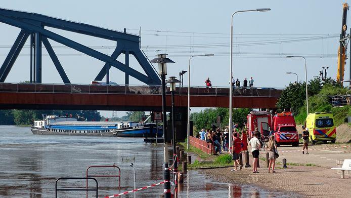 Een binnenvaartschipper kwam onlangs met zijn kajuit in botsing met de brug van Zutphen.