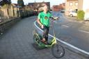 Geert De Mulder op de elliptische fiets, waar hij in april de Ronde Van Vlaanderen mee wil uitrijden.