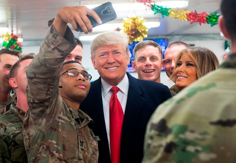 Donald Trump en Melania Trump bezochten deze week onverwacht de Amerikaanse militairen in Irak.  Beeld AFP