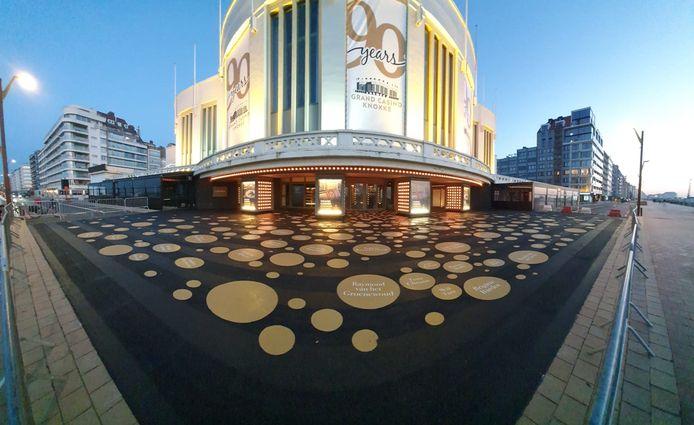 Tal van bekende namen zie je in de gouden bollen aan het casino in Knokke.