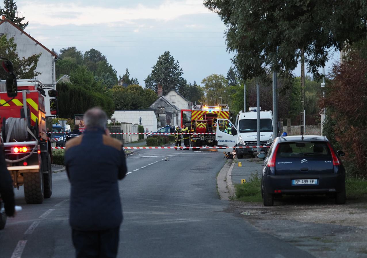 Agenten en brandweermannen op de plek waar een van de vliegtuigjes neerkwam.