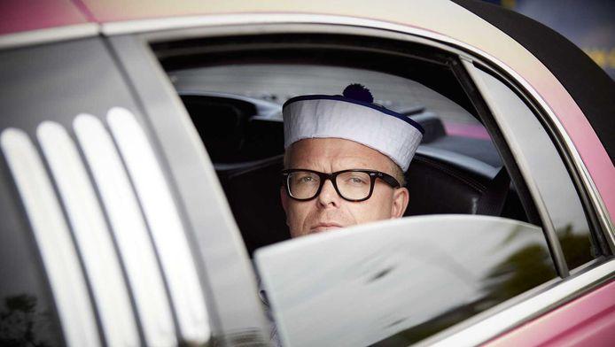 Jan Roos van GeenPeil vertrekt met een roze limousine en twee bestelautos met 440.000 handtekeningen naar de Kiesraad in Heerlen.