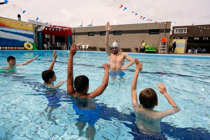 Archieffoto: Sven de Langen geeft les tijdens een open dag van het zwembad in Hoek van Holland.