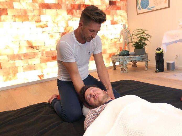 Holistisch therapeut Mario Vanderseypen in zijn praktijk.