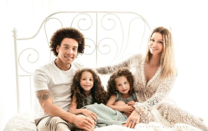 Axel Witsel, sa compagne, et ses deux petites filles