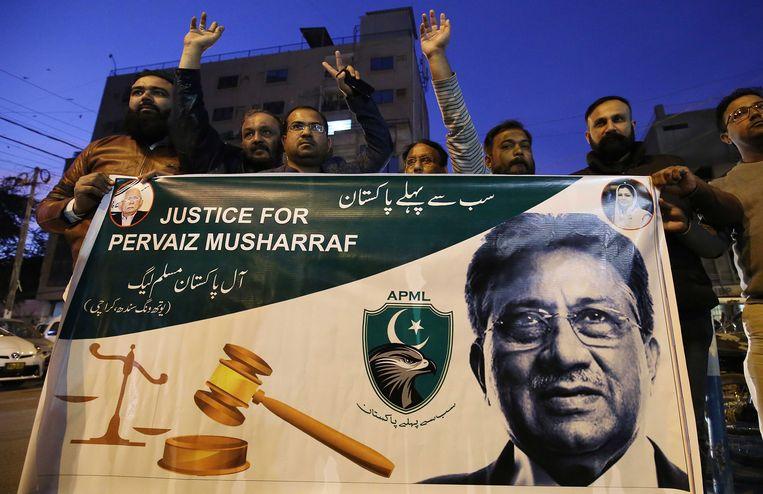 Aanhangers van Musharraf demonstreren in Karachi tegen het vonnis. Een speciale rechtbank heeft de oud-president dinsdag tot de doodstraf veroordeeld wegens hoogverraad en ondermijning van de grondwet. Beeld EPA