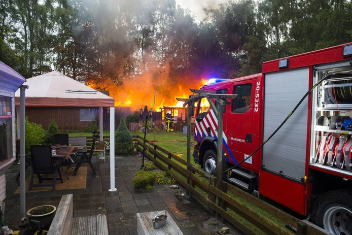 De brandweer was er met drie wagens snel bij toen er brand uitbrak op camping De Eekhoorn in Oosterhout. foto's Marcel van Dorst/MaRicMedia