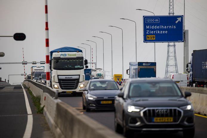 Op de Haringvlietbrug bij Willemstad staan vanwege onderhoud nu dagelijks lange files. Volgens VNO-NCW bewijst de gang van zaken rond de brug eens te meer dat problemen met de infrastructuur tijdig aangepakt moeten worden.