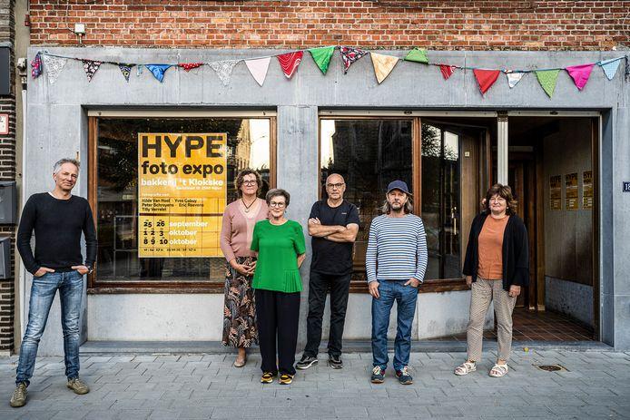 Vijf Nijlense fotografen exposeren in voormalige bakkerij 't Klokse. V.l.n.r.: Peter Schroyens, Hilde Van Hool, Tilly Verrelst, Eric Roevens, Yves Cabuy en Christel Wuyts (één van de kinderen van wijlen bakker Jos Wuyts).