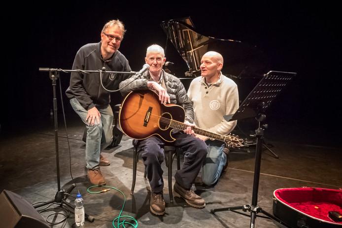 En dan heb je al dat organisatorische werk gedaan en dan is je grote idool on stage in Alphen. Van links naar rechts: Lenne Huisman, Peter Hammill en David Verheul