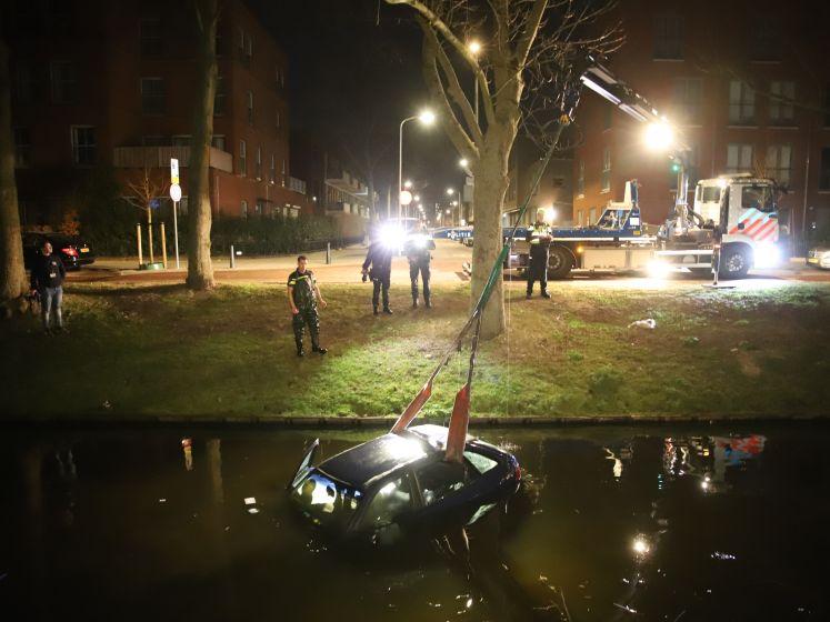 Verdachten springen één voor één uit rijdende wagen tijdens wilde politieachtervolging