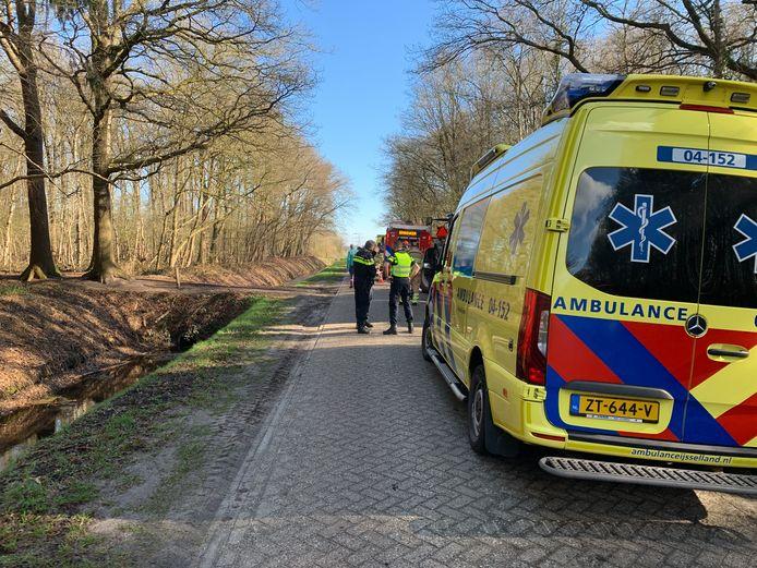 De hulpdiensten zijn massaal aanwezig aan de Elimmerweg in Schuinesloot.