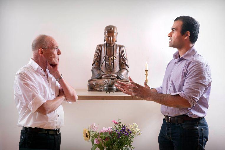 Boeddhistisch leraar Nico Tydeman en hindoepriester Ashis Mathura. Beeld Werry Crone