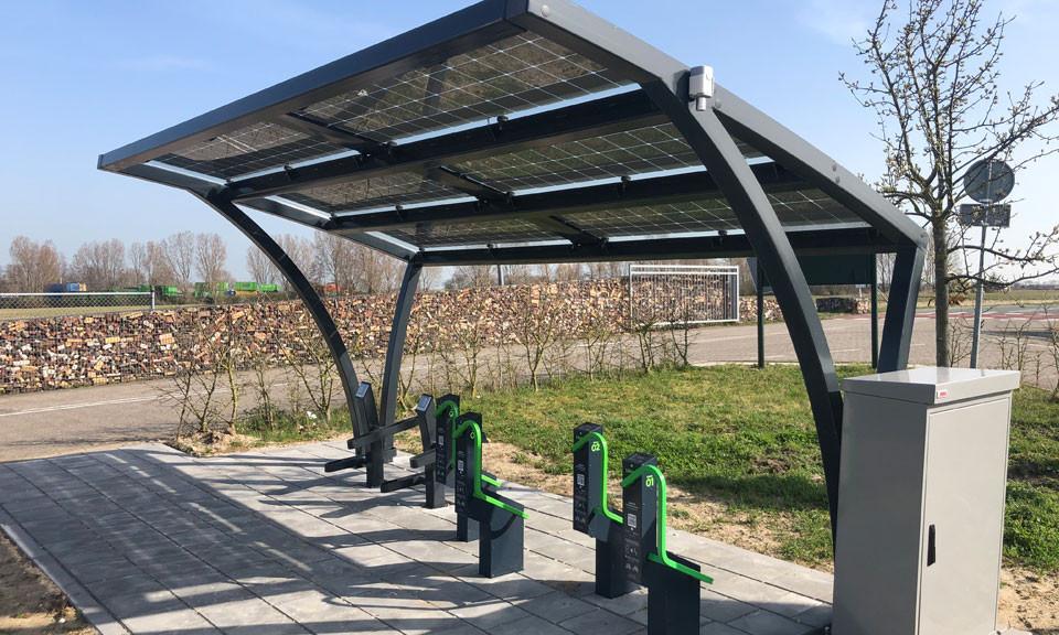 De fietsenstalling is speciaal bedoeld voor e-bikes.