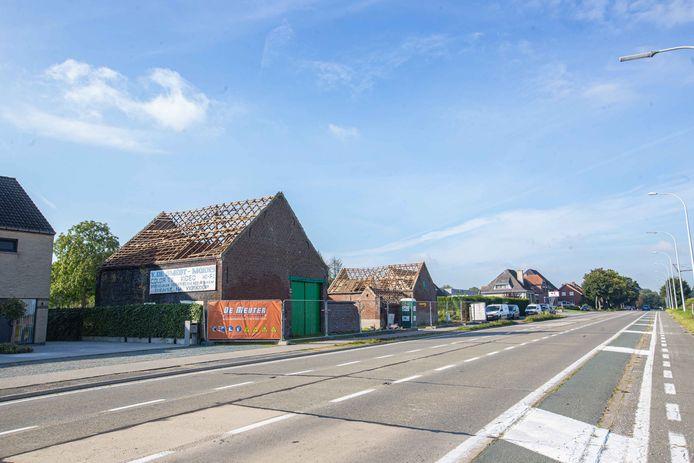 De hoeve langs de Brusselbaan wordt momenteel afgebroken.