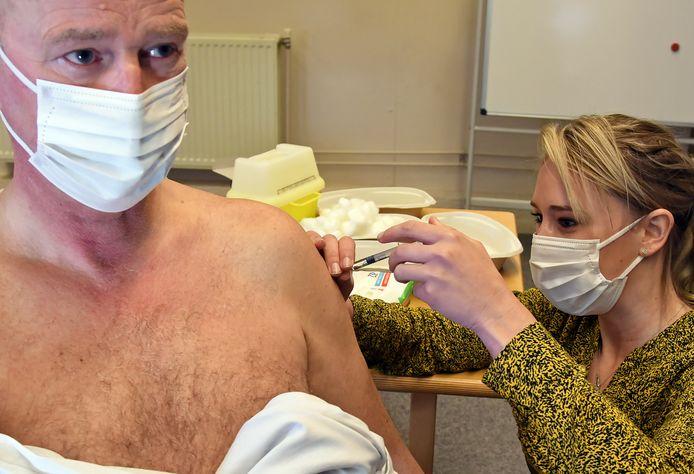 Mantelzorger Hans Cornelissen krijgt een prik van Maria van Weynsbergen. De Terneuzenaar is een van de 400 mantelzorgers die zich al heeft gemeld voor de gratis griepprik.