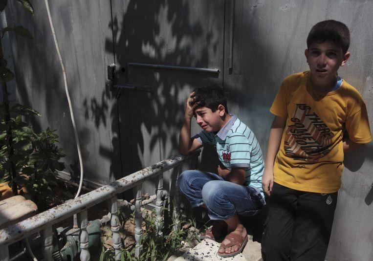 Familieleden van de Palestijnse Hamed Shehab die woensdag is gedood tijdens een luchtaanval. Beeld reuters