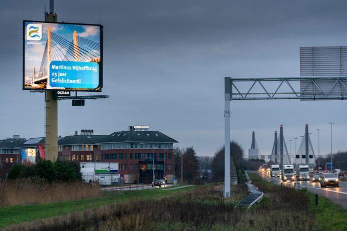 De gemeente Zaltbommel feliciteert de 25-jarige Martinus Nijhoffbrug. Die werd op 18 januari 1996 geopend door toenmalig minister Annemarie Jorritsma.