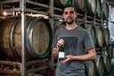 Mattias Terpstra van brouwerij Nevel met een van de laatste flesjes Meander, verkozen tot beste bier van Nederland.