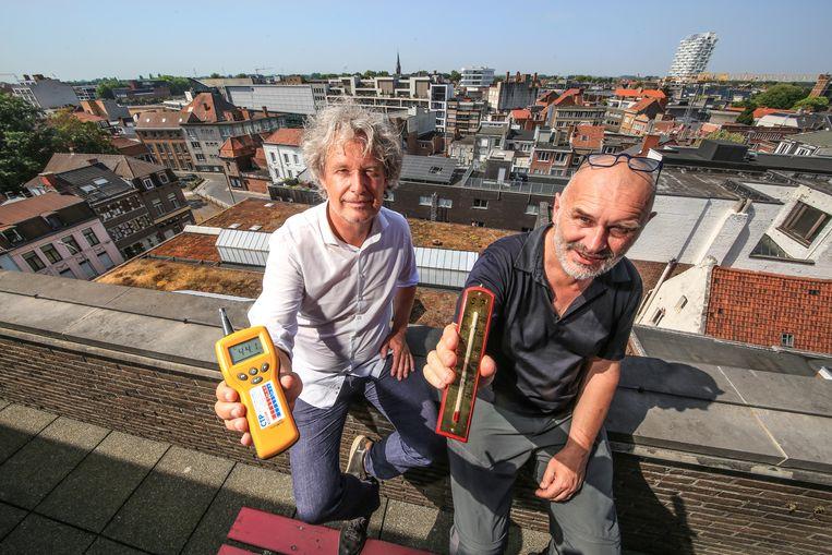 Wout Maddens en Denis Dujardin met beneden, op de achtergrond, het groendak op het stadhuis.