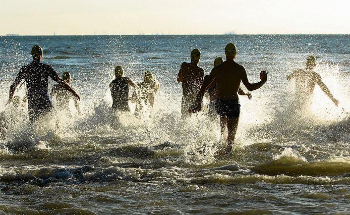 De deelnemers aan Dishoek-Zoutelande bij één van de voorgaande edities. Op 25 augustus zal er nu tussen de twee dorpen gezwommen worden.