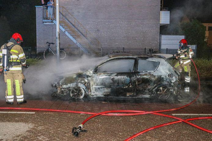 De auto werd door de nachtelijke brand volledig verwoest.