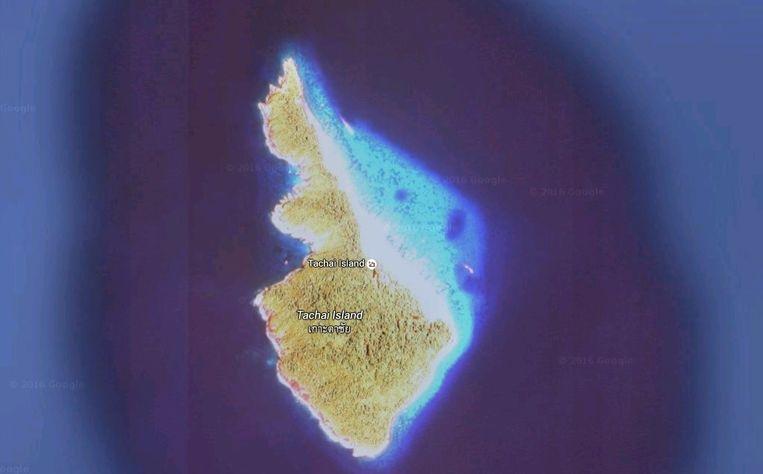 Koh Tachai is klein, ongeveer een kilometer bij 2,5 kilometer. Aan de oostkant ligt een fraai zandstrand en een koraalrif. Beeld Google Maps