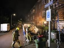 Bouwcontainers in brand gestoken in Haagse Klimopstraat