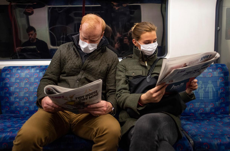 Een koppel op de metro in Londen Beeld Getty Images