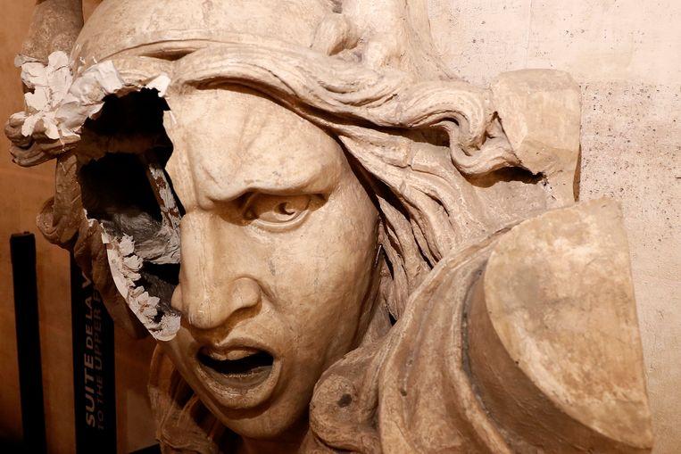 Een standbeeld van Marianne, in het interieur van de bekende boog, werd ook vernield.