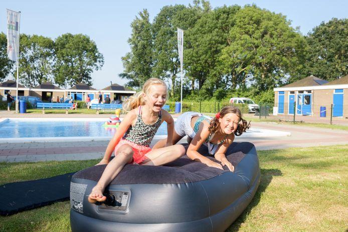 Willemstad - Het is vakantie! Voor kinderen uit Willemstad stond direct een leuke activiteit op stapel: de zwemping, kamperen bij het zwembad. Vroeg in de avond werden de tentjes opgezet. Èvi en Fay laten de tent door de ouders opzetten, en gaan zelf vast genieten.