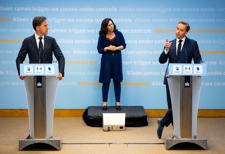 Demissionair premier Mark Rutte en demissionair minister Hugo de Jonge van Volksgezondheid, Welzijn en Sport (CDA) tijdens de persconferentie. Beeld Freek van den Bergh / Volkskrant.
